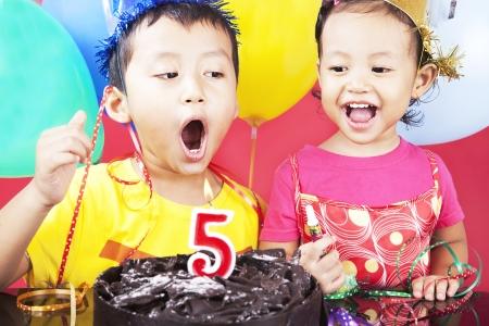 fiesta familiar: Hermano asi�tico celebra cinco a�os de edad, tirado en estudio en la fiesta de cumplea�os