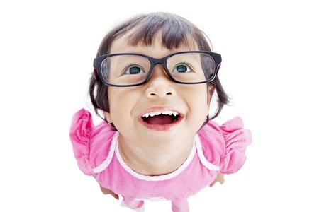 Nahaufnahme der lustige weibliche Vorschulkind in rosa Kleid. Geschossen im Studio auf weiß isoliert