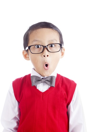 caras chistosas: Retrato de estudiante asi�tico con la cara de expresi�n divertida. un disparo en el estudio aislado en blanco