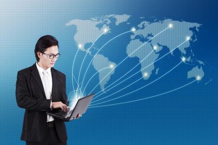 mapa china: Empresario de trabajo en el ordenador port�til a trav�s de mapa del mundo para el concepto de conectividad social y de Internet