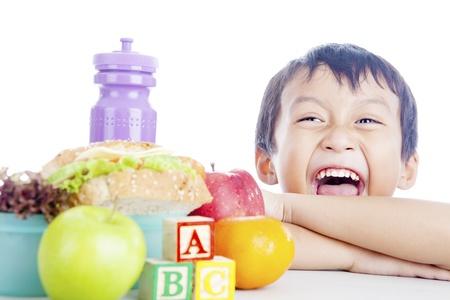 ni�os comiendo: Retrato de ni�o feliz con su almuerzo escolar. disparo en el estudio Foto de archivo