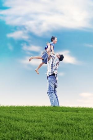 padre e hijo: Familia asiática pasar un día de diversión en verano prado