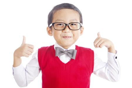 bambini cinesi: Ritratto di asiatica studente di scuola elementare e pollice in su. girato in studio isolato su bianco