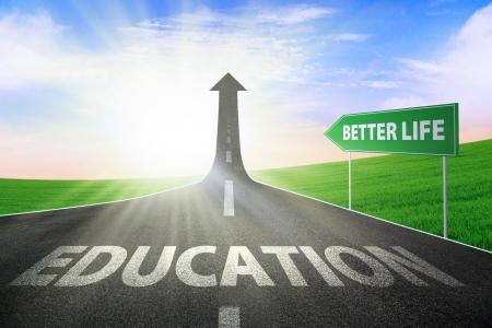 életmód: A közúti fordult egy nyíl emelkedő felfelé a szöveget az oktatás és cégére jobb élet