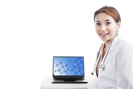 microbiologia: Cient�fico femenino joven presenta resultado experimento de prueba molecular. aislado en blanco