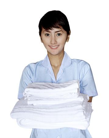 mucama: Mujer sonriente camarera asi�tica. Tirado en estudio aislado sobre fondo blanco Foto de archivo