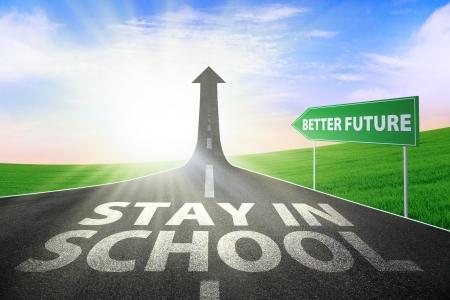 transport scolaire: Une route se transforme en une fl�che montante vers le haut avec un texte de rester � l'�cole, symbolisant le chemin pour avoir un meilleur avenir Banque d'images