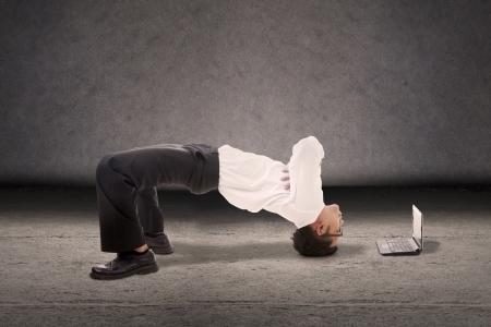 Attraktive Geschäftsmann Breakdance Stil mit Laptop-Computer