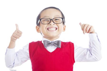 geek: Retrato del estudiante con �xito la escuela primaria que muestra los pulgares para arriba sobre fondo blanco aislado