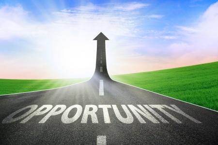 キャリア: 上向きの良い機会を象徴する上昇矢印を回す道