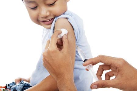 vacunaci�n: Peque�o ni�o tiene una inyecci�n de la vacuna en estudio Foto de archivo