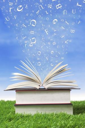 Livres de la sagesse avec les lettres qui tombent dans les pages, tiré en plein air