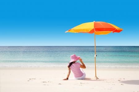 ombrellone spiaggia: Una donna di relax in una spiaggia tropicale. Copia spazio per il testo