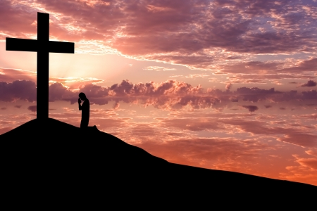 inginocchiarsi: Scenario drammatico cielo con una croce montagna e una sagoma di uomo adorare alla croce
