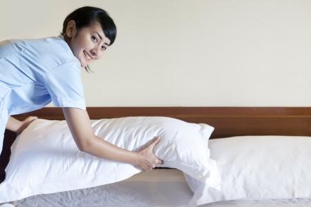 haush�lterin: Beautiful Asian M�dchen das Bett im Hotelzimmer. Kopieren Sie Platz f�r Ihren Text