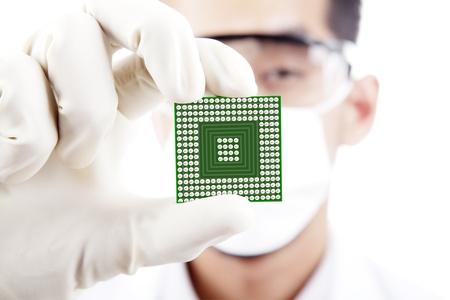 Científico muestra una computadora microchip, rodado en estudio Foto de archivo