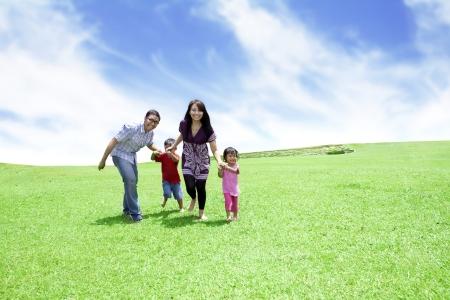 familia saludable: Familia feliz: padre, madre y sus hijos. Tiro al aire libre en d�a de verano Foto de archivo