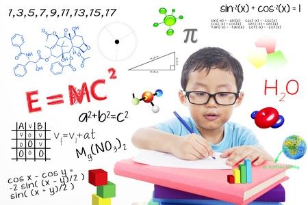 geek: Retrato de niño genio tratando de resolver fórmula