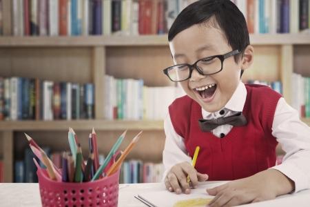 ni�os escribiendo: Dibujo Estudiante feliz con los colores de l�piz en una biblioteca
