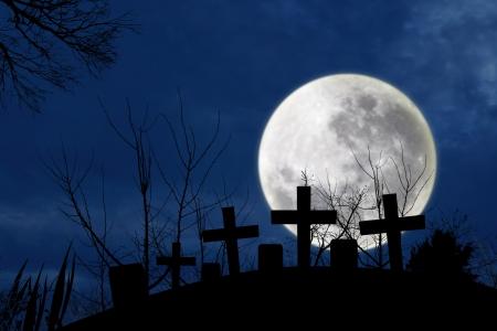 tumbas: Spooky cementerio con luz de la luna llena en la noche oscura de Halloween Foto de archivo
