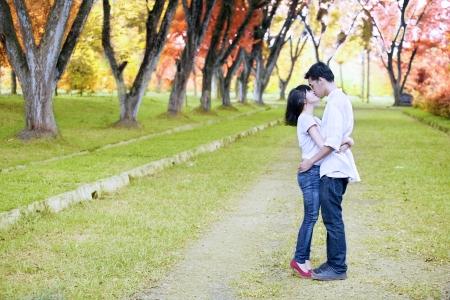 enamorados besandose: Retrato de joven pareja romántica besos en la calle en los días de otoño Foto de archivo