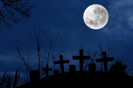 cementerios: Spooky cementerio con luz de la luna llena en la noche oscura de Halloween Foto de archivo