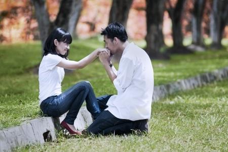 Romantischer Liebhaber küssen Hand auf Herbsttag. Schuss im Herbst Tag Standard-Bild
