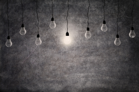 bombillo: Concepto brillante idea de una bombilla incandescente luz delante de la pizarra vacía, con copia espacio