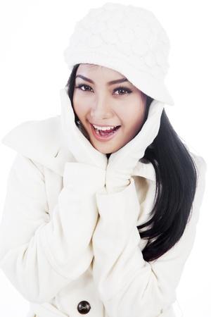 ropa de invierno: Retrato de mujer dulce joven que llevaba ropa de invierno. aislado en blanco Foto de archivo