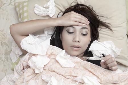 gripe: La mujer tiene fiebre alta y descansando en su cama