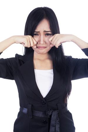 mujer llorando: Hermosa mujer de negocios que expresa sadnes aislados en blanco