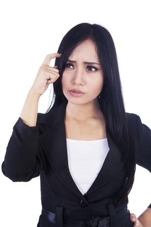 persona confundida: Hermosa mujer de negocios est� confundido aislado m�s de blanco