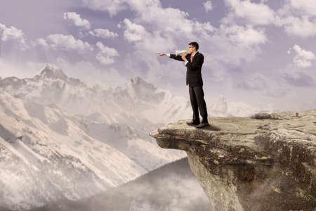 hangos: Fiatal üzletember segítségével a hangszóró tetején egy magas hegyre
