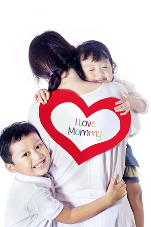 madre soltera: Una madre abraza a sus hijos, aislado en blanco