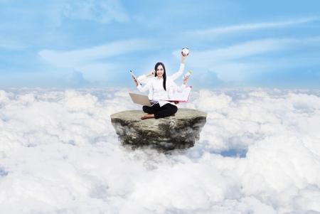 persona llamando: Joven y bella mujer multitasking sobre las nubes bajo el cielo azul Foto de archivo