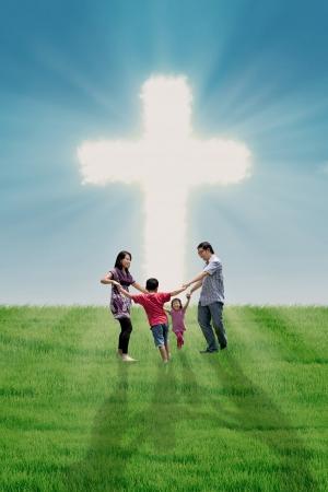 행복한 가족 밝은 십자가에서 춤을