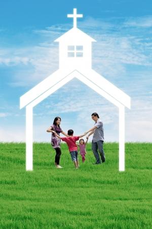 familia en la iglesia: Familia cristiana est� bailando en una iglesia radiante bajo el cielo azul