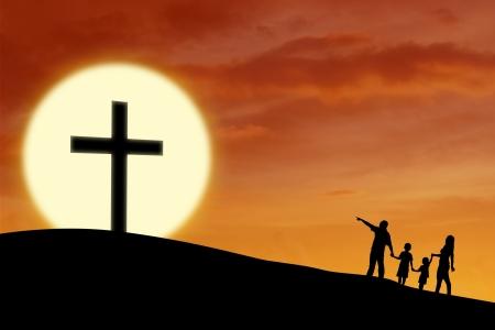 familia cristiana: Silueta de una familia cristiana a caminar hacia signo de la Cruz durante la puesta del sol