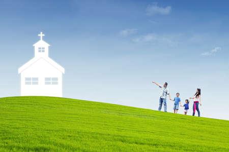 familia en la iglesia: Familia cristiana está caminando a la iglesia en la cima de una colina