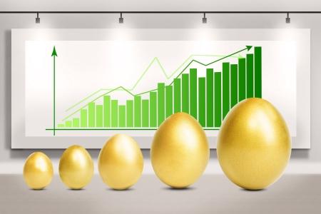 huevos de oro: Gr�fico de beneficios bar con los huevos de oro de pie delante de �l