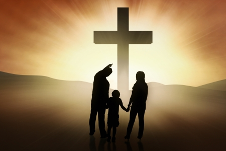 cruz religiosa: Tres miembros de la familia est�n de pie en la cruz brillante Foto de archivo