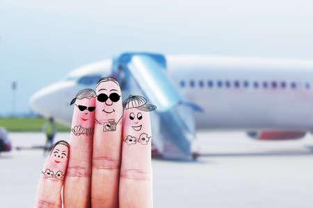 gente aeropuerto: Dedos humanos que gesticulan como cuatro miembros de la familia en busca de un viaje