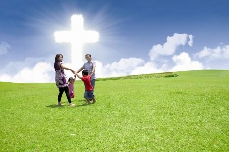 familia cristiana: Familia asiática es el baile de la Cruz en el parque