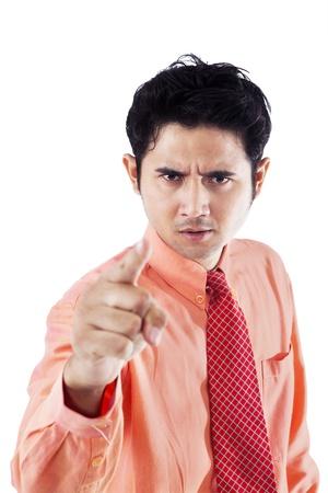 empresario enojado: Hombre de negocios enojado que se�ala en el copyspace, aislado en blanco