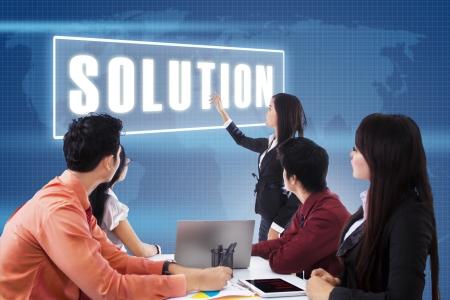 business asia: Incontro di lavoro con la presentazione di una soluzione su blu sfondo mappa del mondo