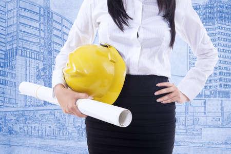 safety helmet: Primer plano de mujer de negocios con el casco de seguridad en el fondo plano Foto de archivo