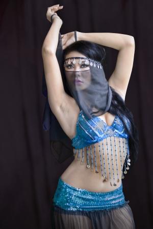 buikdansen: Aziatische buikdansen op zwarte achtergrond Stockfoto