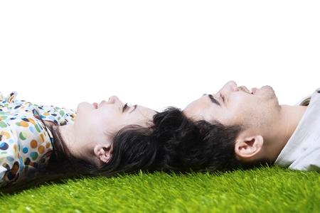 verlobt: Glückliches Paar mit auf dem Boden mit den Köpfen zusammen
