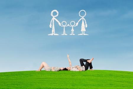 Paar träumt von Familie im Freien Standard-Bild