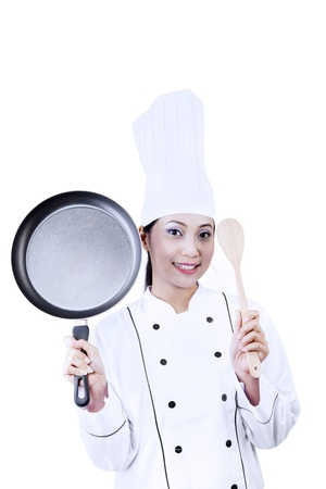steel pan: Cocinero de sexo femenino que sostiene una cuchara de madera y pan en el fondo blanco
